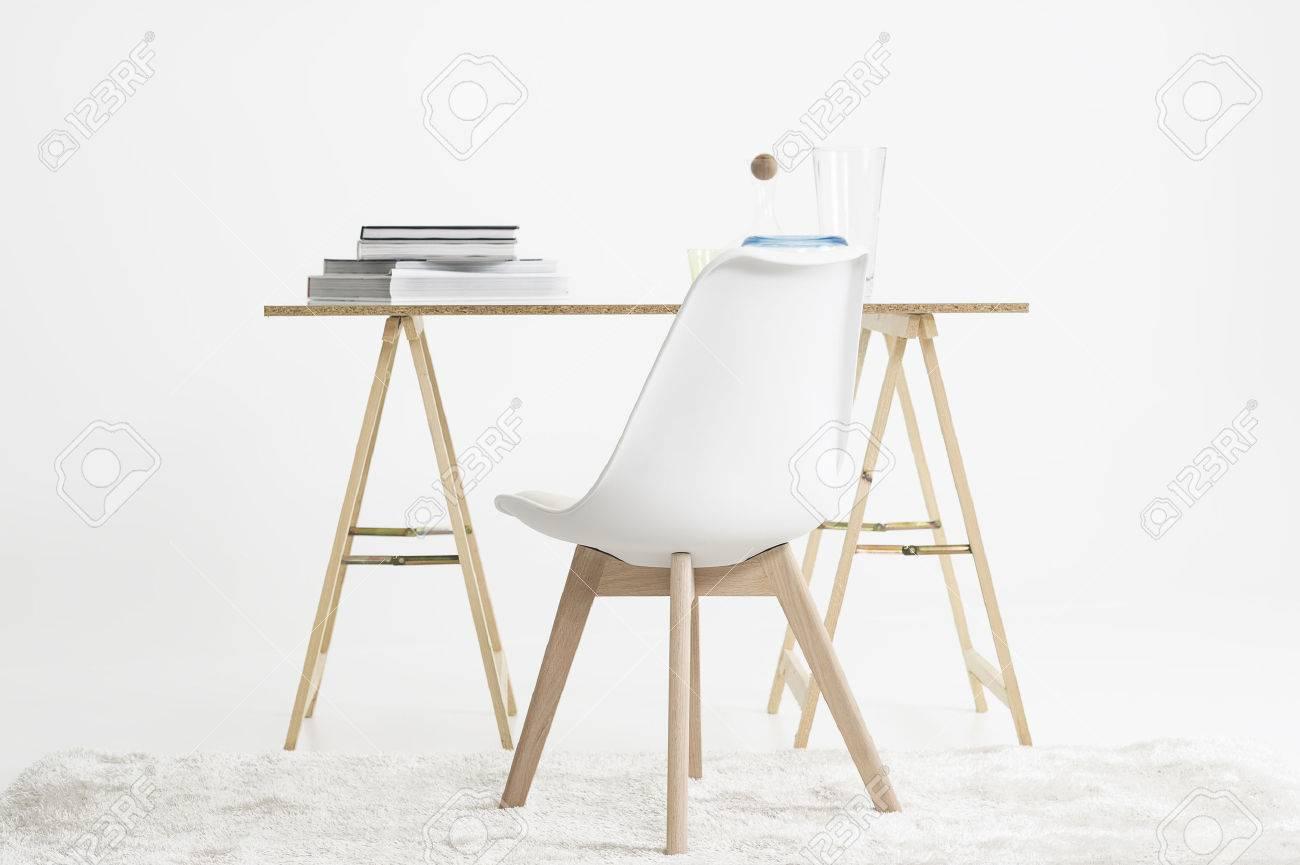 Bureau moderne et minimaliste ou table de travail sur deux