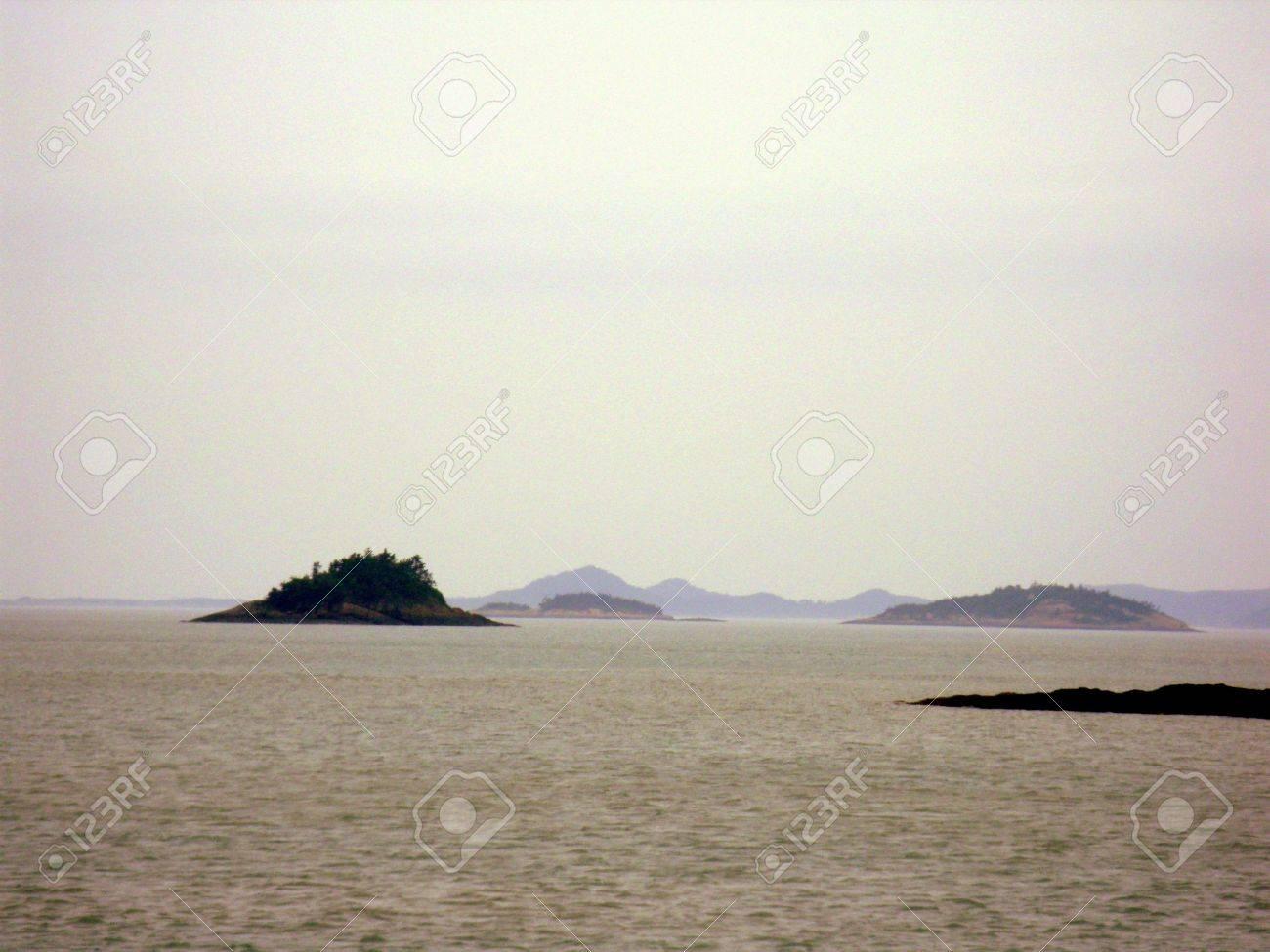 diminutas islas desiertas en el medio del océano Foto de archivo - 5212403