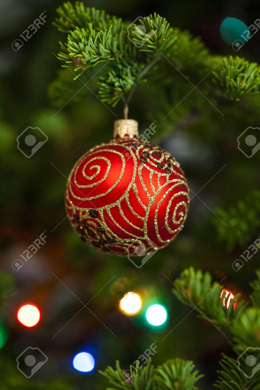 Ornement Sapin De Noel Boule De Noël Rouge Avec Ornement Sur Le Sapin Banque D'Images Et