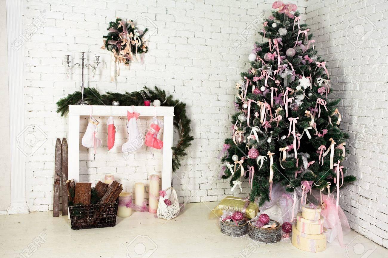 Trevlig Jul Interiör Med En Gran, öppen Spis Och Gåvor Royalty ...