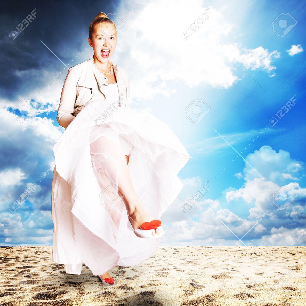 Braut Am Strand - Hochzeitskleid, Schuhe Mit Roten Herzen Und Weißem ...