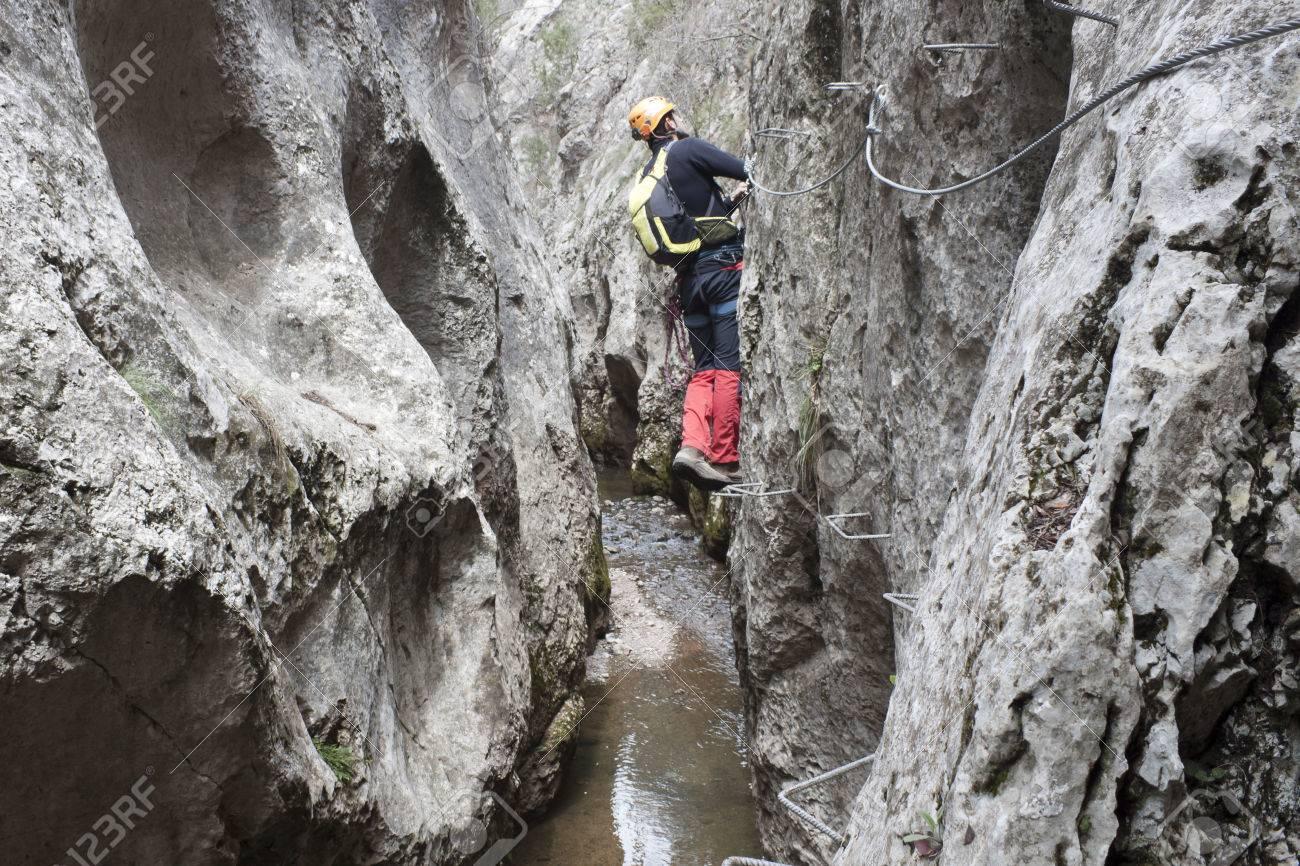 Klettersteig Weibl : Guy cheking ein über klettersteig einen fluss lizenzfreie