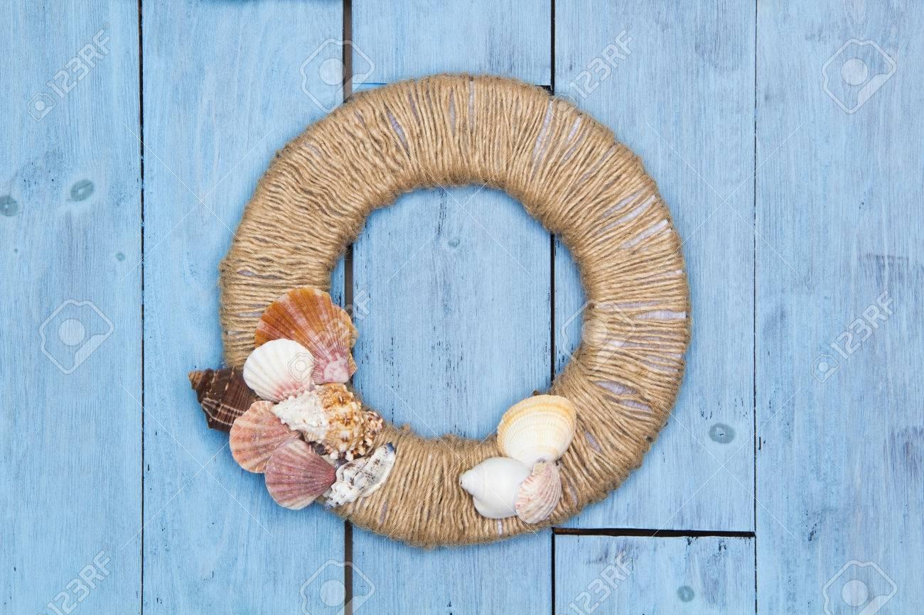 Pannelli decorativi di conchiglie di mare su uno sfondo di legno ...