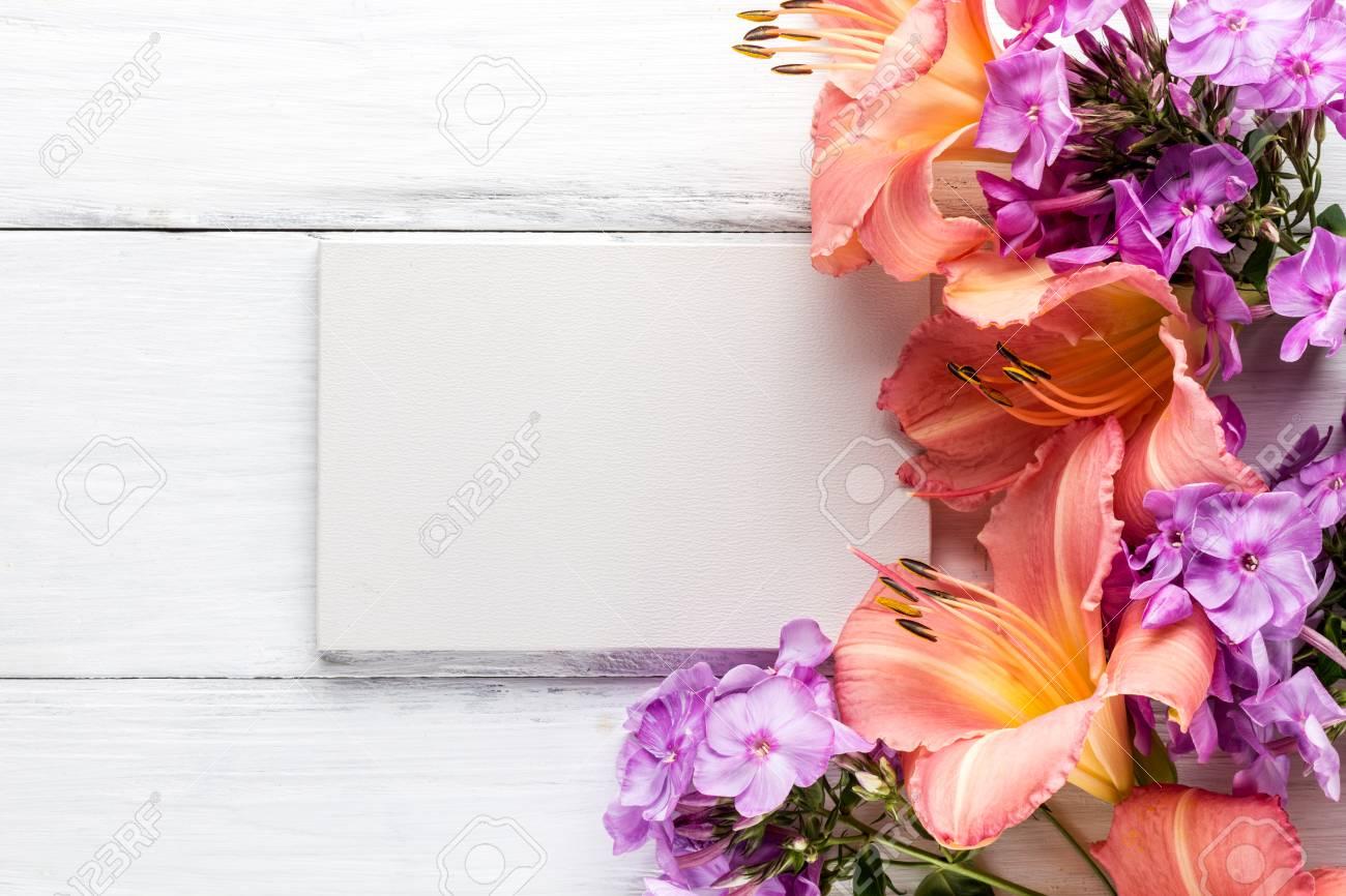 Rahmen Von Blumen, Hintergrund Weiße Tafeln, Exemplar Lizenzfreie ...