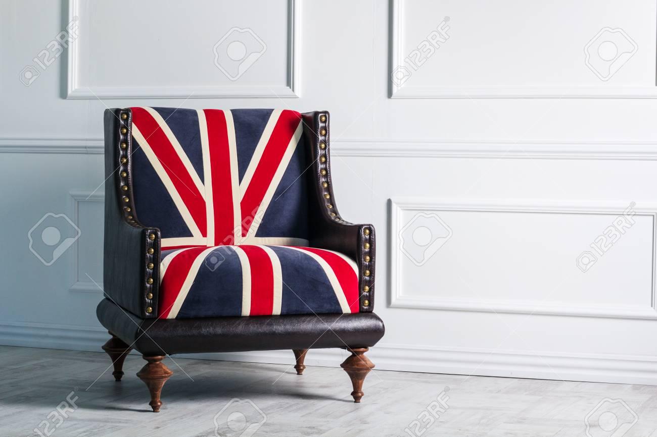 Immagini Stock Sedia Con La Bandiera Inglese Sullo Sfondo Di Un