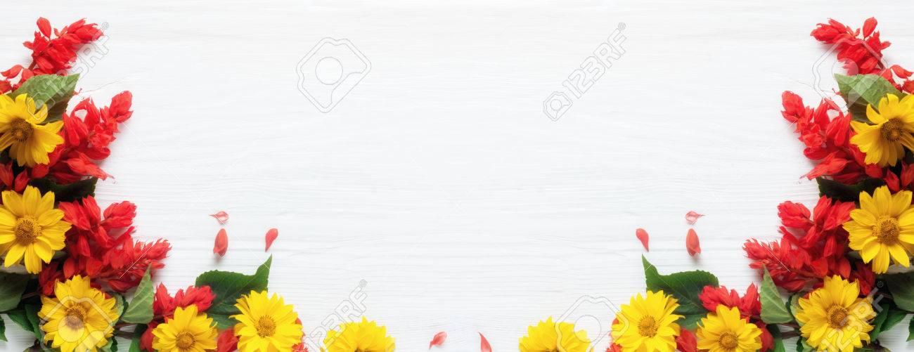 Rahmen Von Blumen, Hintergrund Weiße Tafel, Exemplar Lizenzfreie ...