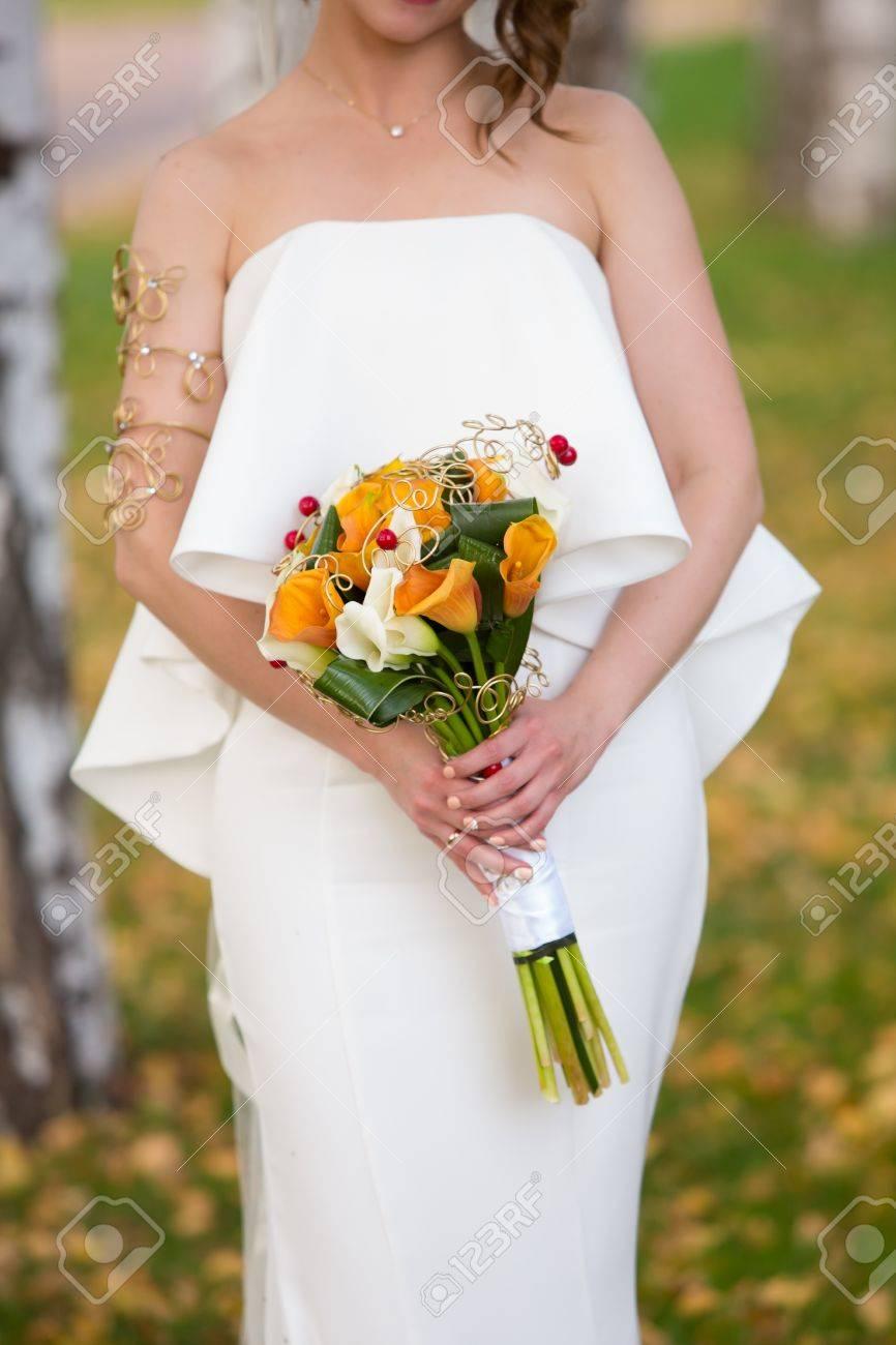 Braut Mit Hochzeitsstrauss Mit Hagebutten Smokebush Und Gelbe Calla