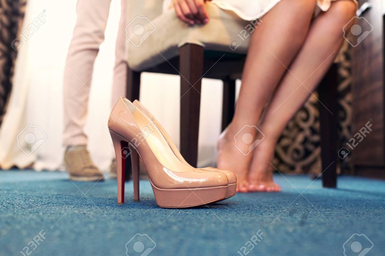 Beige Hochzeitsschuhe Der Braut Gegen Ihre Fusse Lizenzfreie Fotos