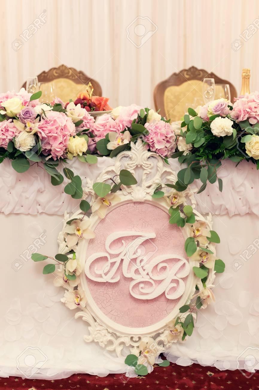 Schoner Hochzeitstisch Fur Den Brautigam Und Die Braut Mit Rosa