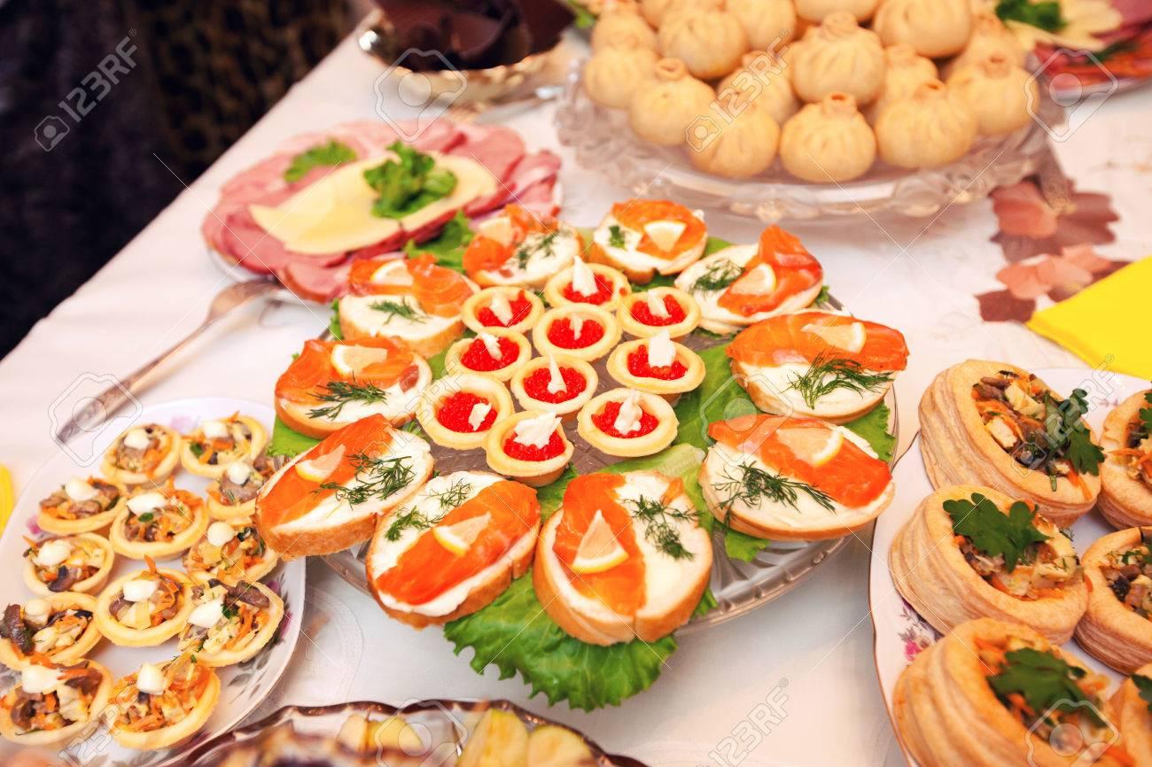 schön dekoriert catering bankett-tisch mit verschiedenen speisen, Esszimmer dekoo