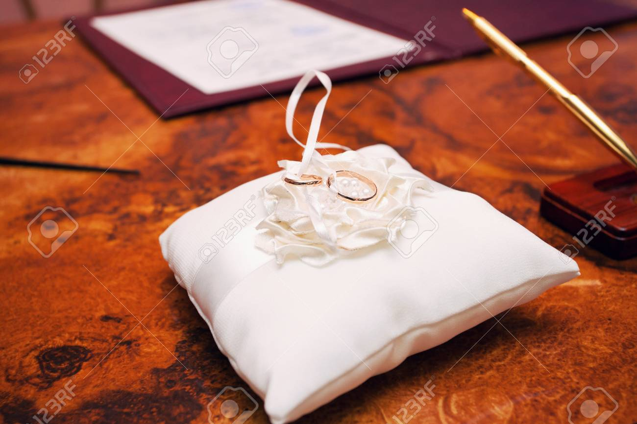 Bild Von Hochzeitsringen Auf Dem Kissen Lizenzfreie Fotos Bilder