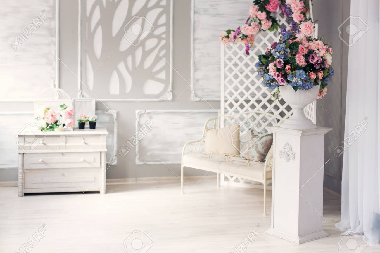 Weißes Leder Vintage-Stil Möbel Im Klassischen Innenraum Mit Großem ...