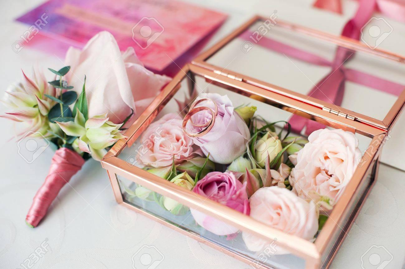 Glaskasten Fur Eine Hochzeit Ringe Mit Frischen Blumen Dekoriert Und