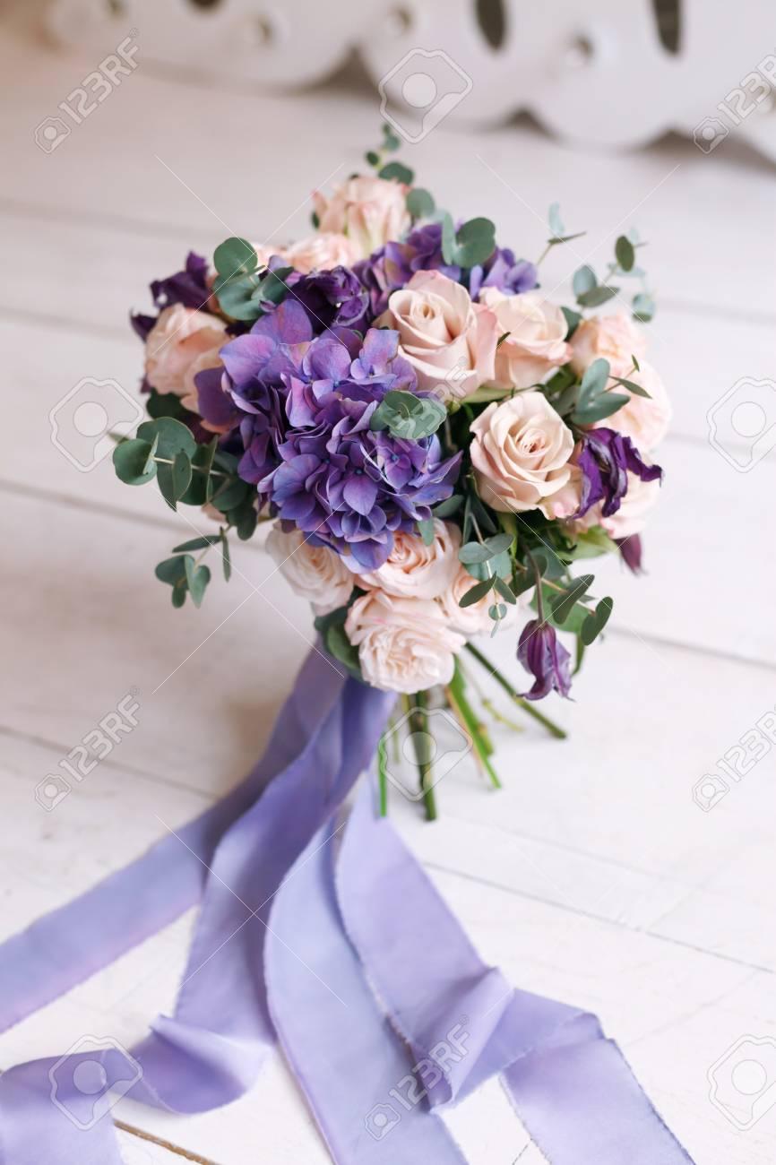 Brautstrauss Aus Rosa Rosen Und Einem Violetten Hortensie Und Seide