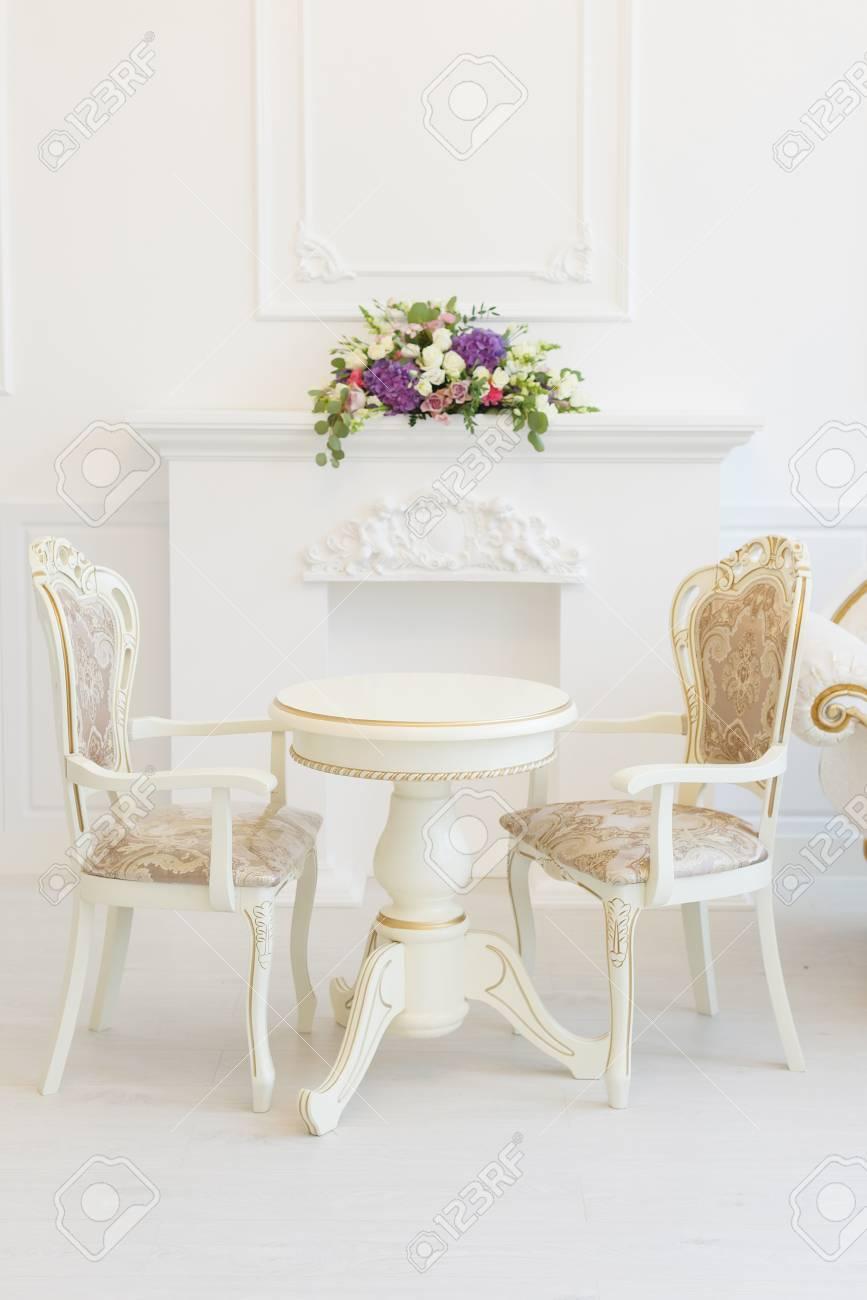 Tavolo E Sedia Bianchi In Un Salotto. Classici Moderni Con Elementi ...