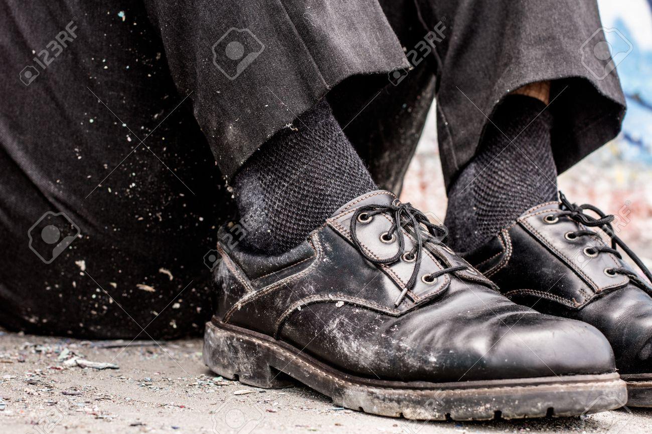 ホームレスの男性の汚い靴の概念を撮影 写真素材