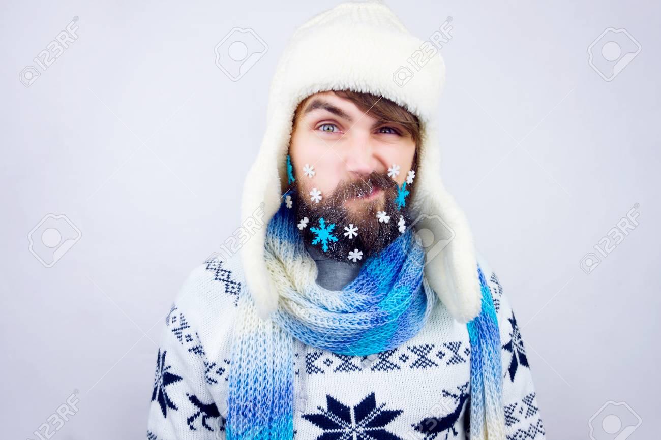 Individuo Con El Sombrero Trampero Y Bufanda Azul Barba Que Llevaba ...