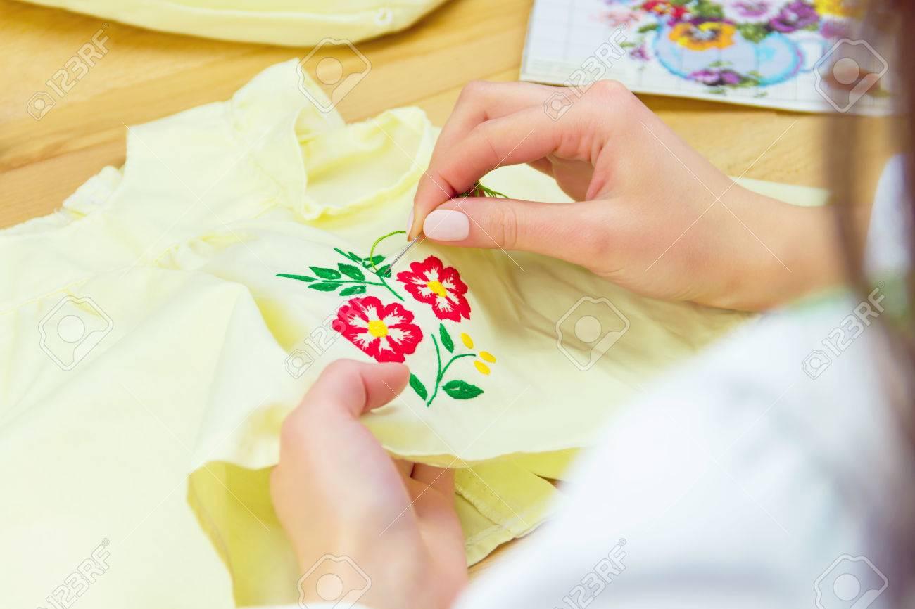 Hände Der Frau / Frau / Mädchen In Traditionellen Ukrainischen Hemd ...