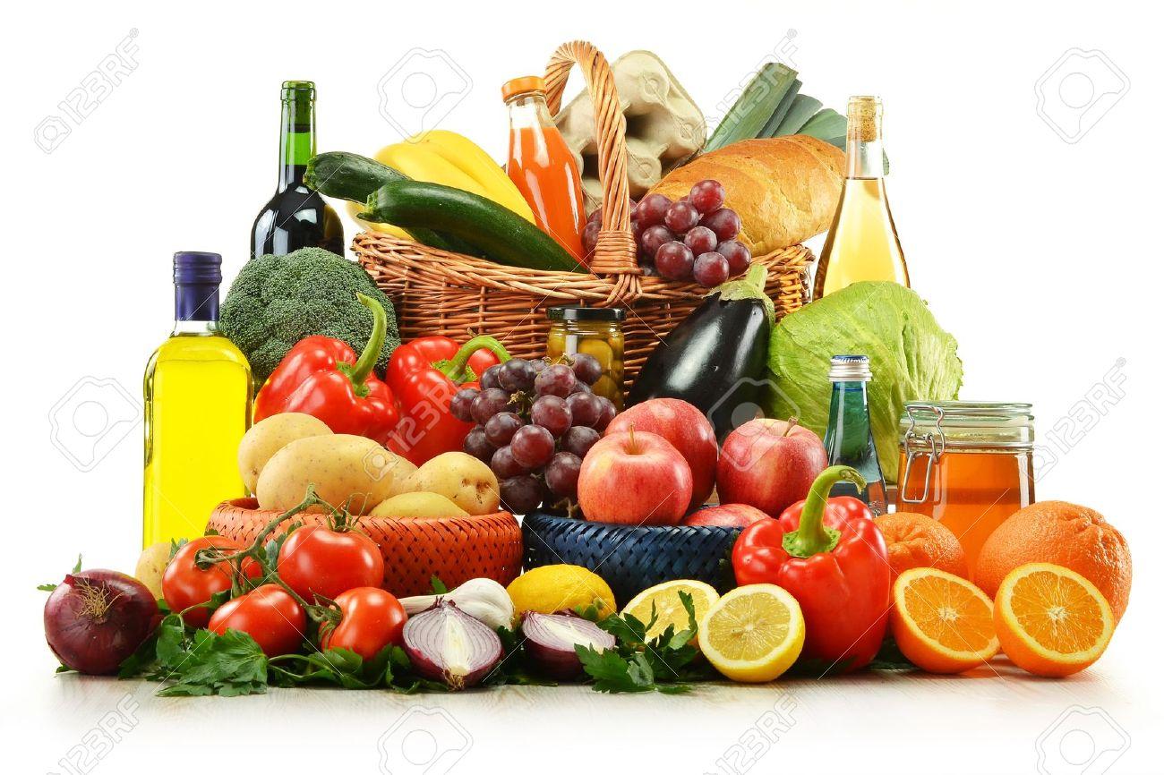 composicin con alimentos y la canasta aislados en blanco verduras frutas vino y