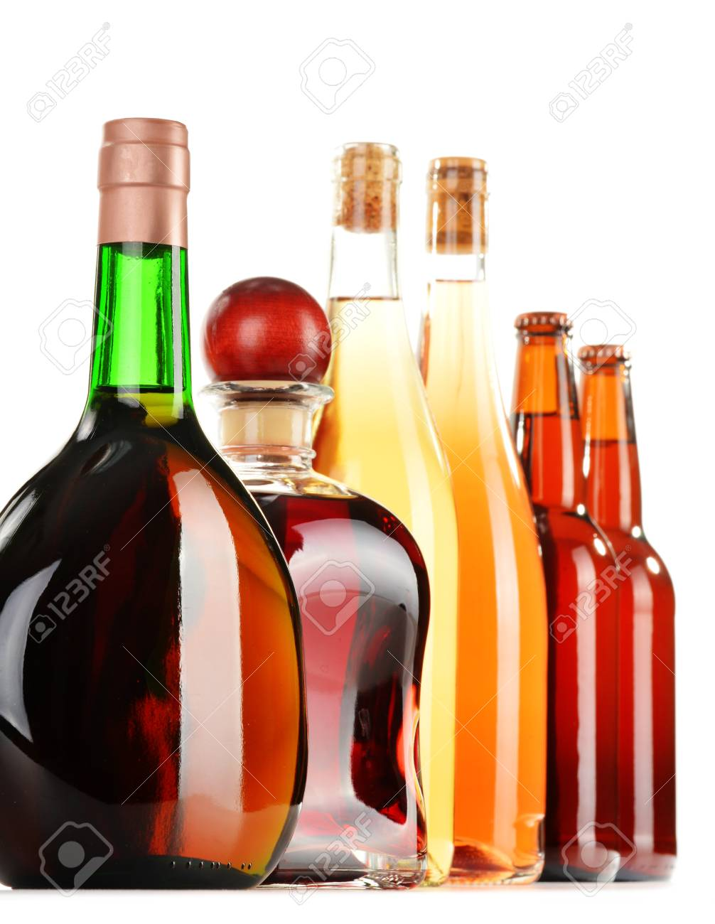 Verschiedene Alkoholische Getränke Isoliert Auf Weißem Hintergrund ...
