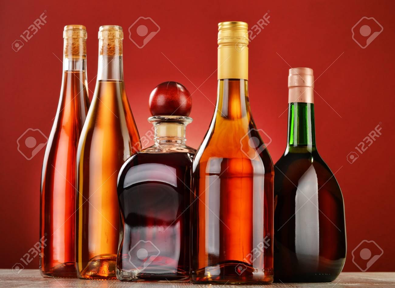 Flaschen Aus Verschiedenen Alkoholischen Getränken Lizenzfreie Fotos ...