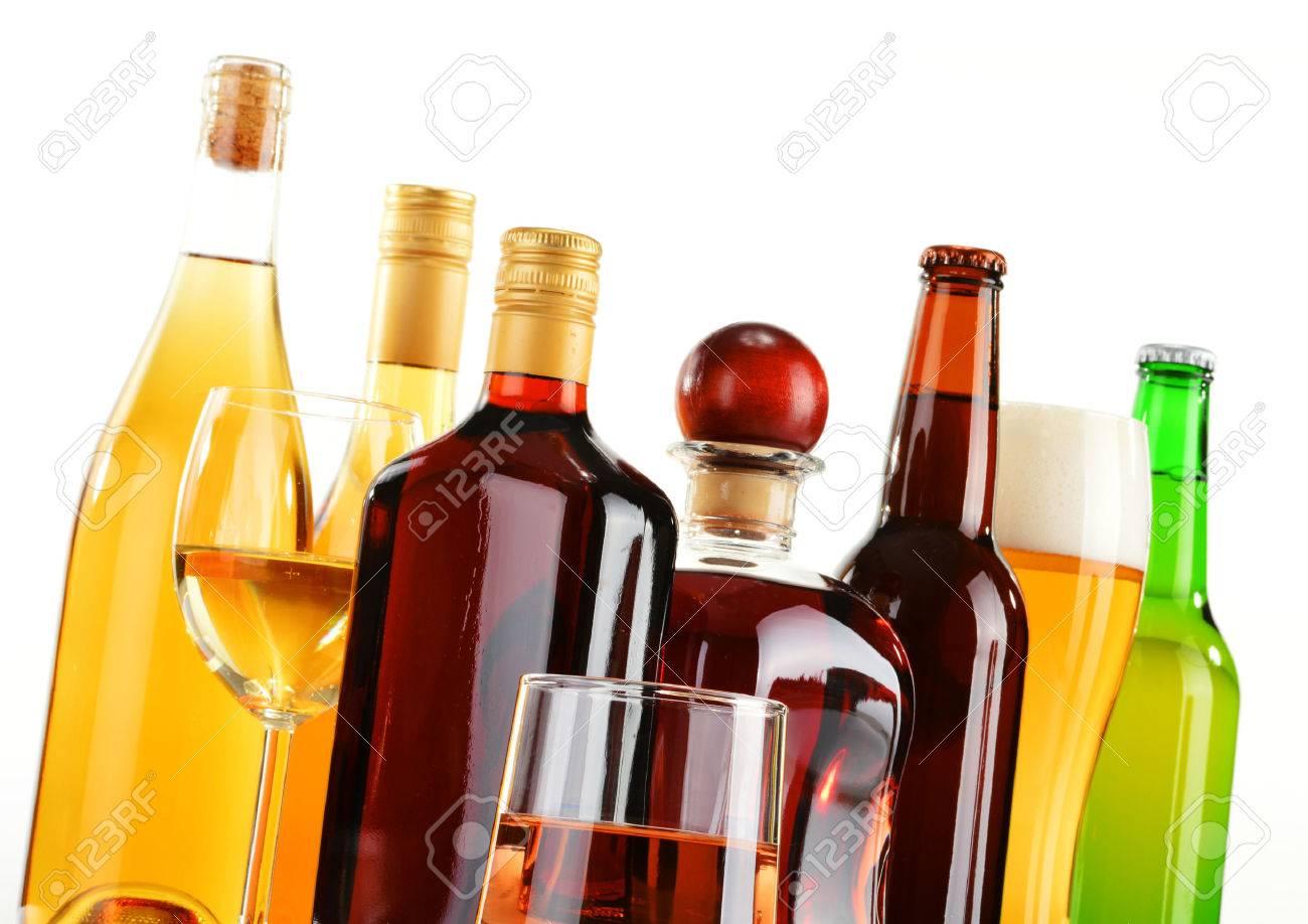 Flaschen Und Gläser Sortierte Alkoholische Getränke Isoliert Auf ...