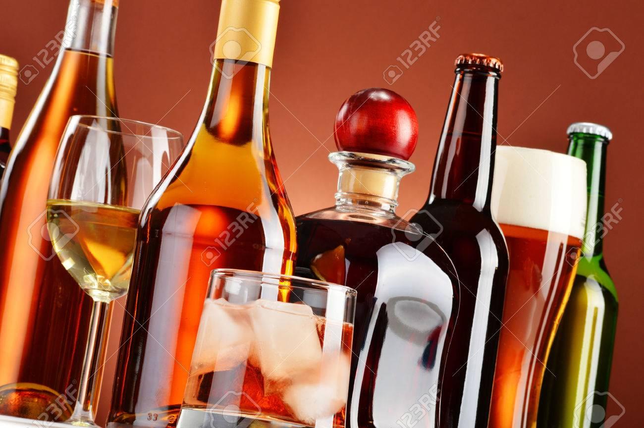 Flaschen Und Gläser Sortierte Alkoholische Getränke. Lizenzfreie ...