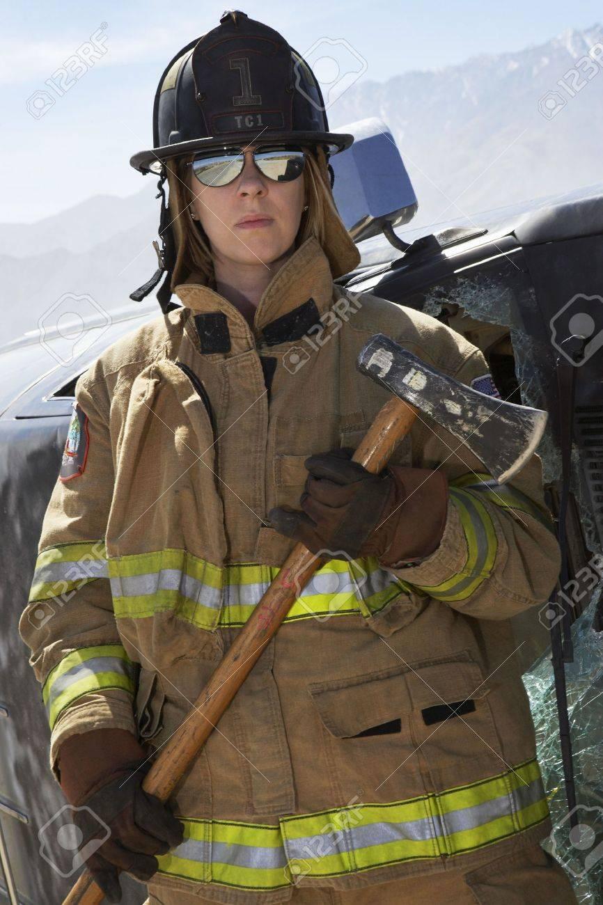 Retrato de mujeres bombero celebración hacha Foto de archivo - 3540934