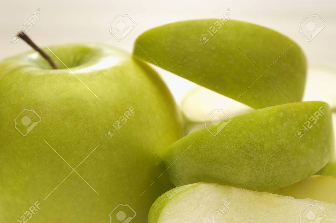 Granny smith apple avec écorces Banque d'images - 3812927
