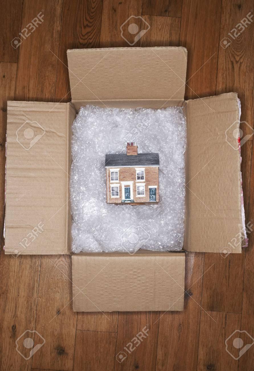 New Home in Moving Box Archivio Fotografico - 5487782