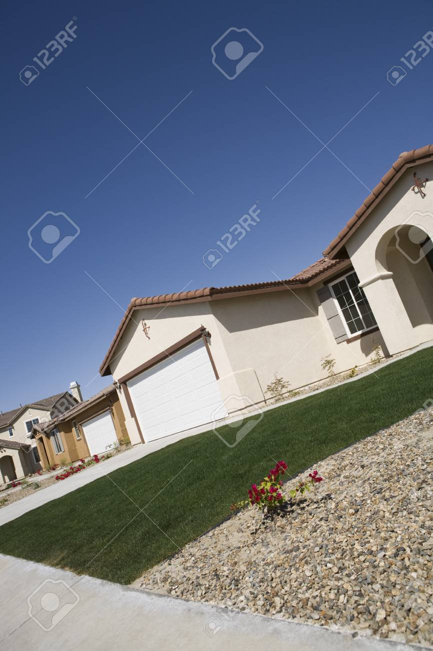 New House With Groomed Lawn Stock Photo - 12548466