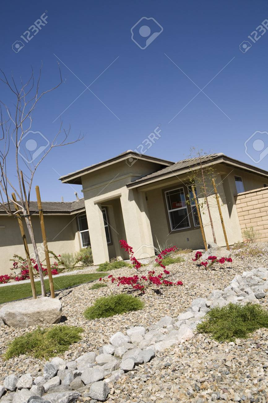 New House With Landscaped Yard Stock Photo - 12548469
