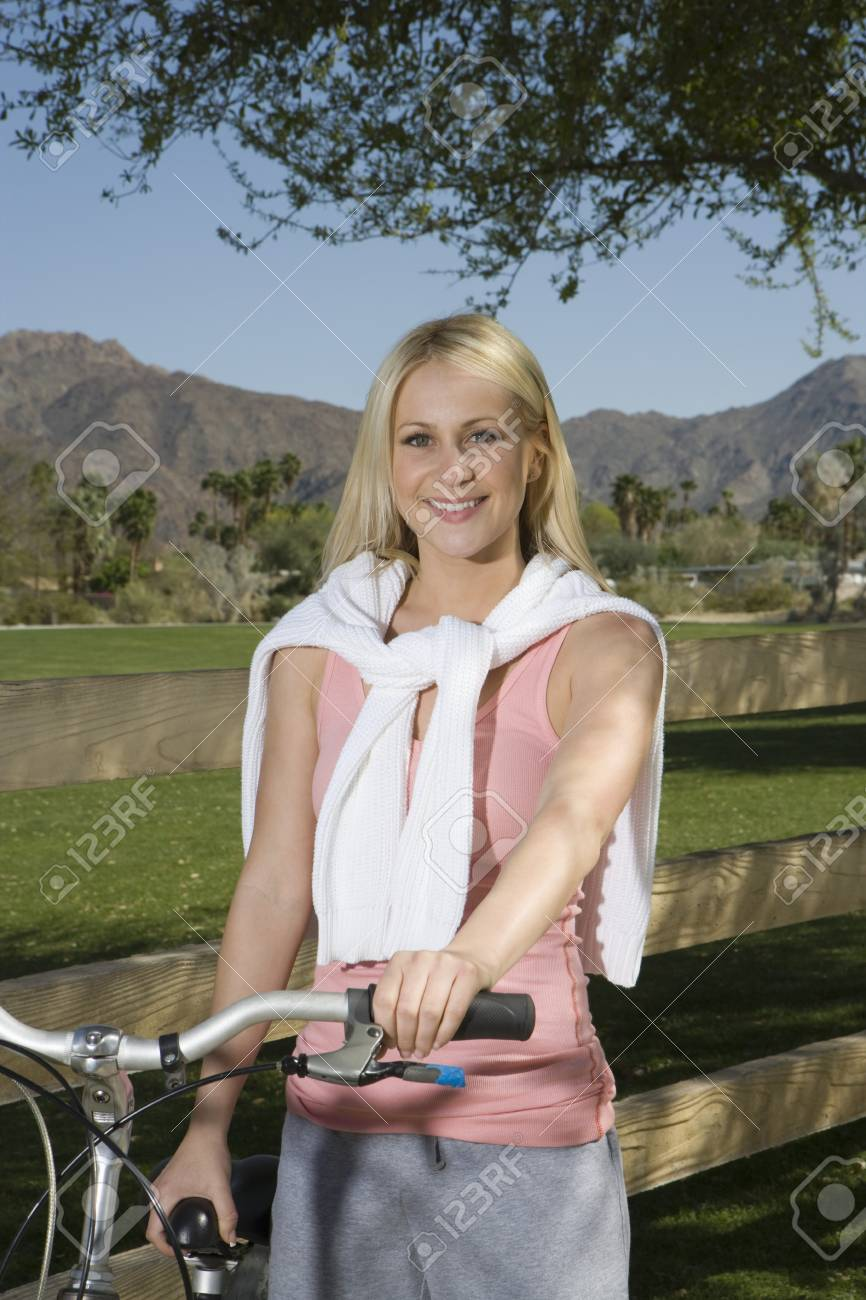Young woman with mountain bike Stock Photo - 12735633