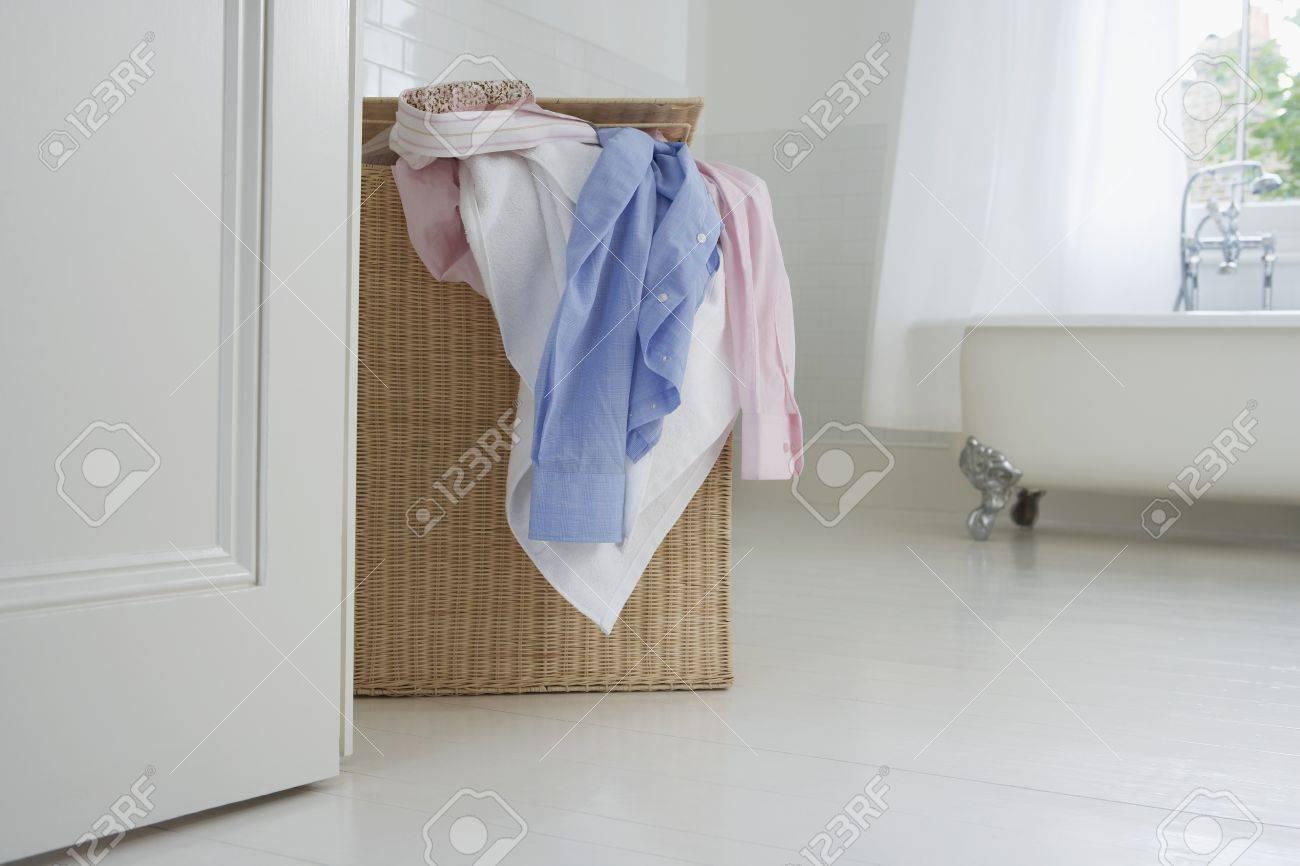 Berschäumender Wäschekorb Im Badezimmer Lizenzfreie Fotos, Bilder ...