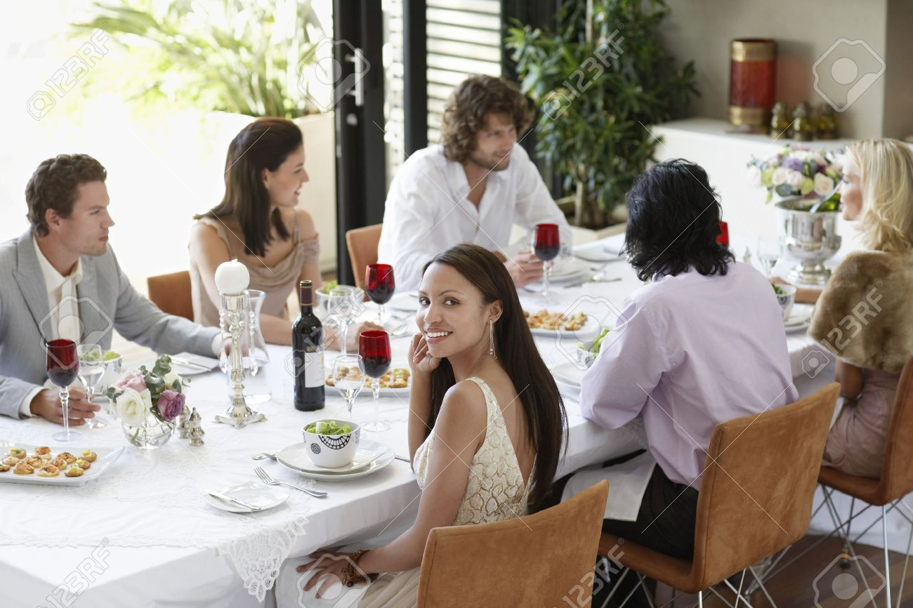 Junge Frau Im Kleid Sitzt Am Tisch Der Formellen Dinner-Party ...