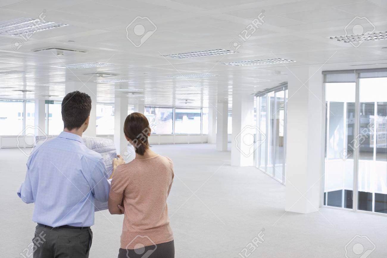 Les gens d affaires avec des modèles bureau vide banque d images