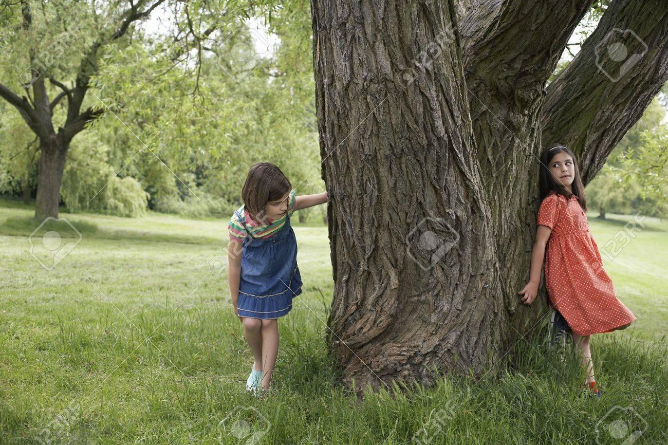 El árbol de Violetta. 19045775-dos-chicas-7-9-jugando-a-las-escondidas-por-el-%C3%A1rbol