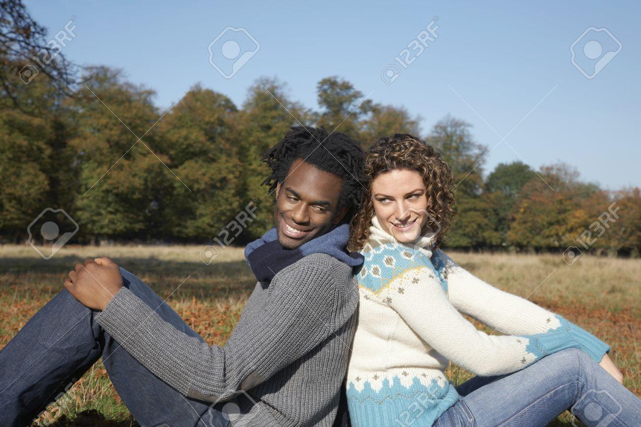 Alter weißer Kerl schwarzes Mädchen