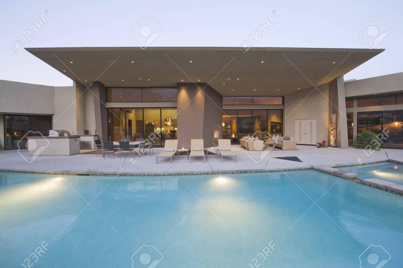 Schwimmbad Und Gepflasterten Sitzbereich Von Palm Springs Home Außen ...