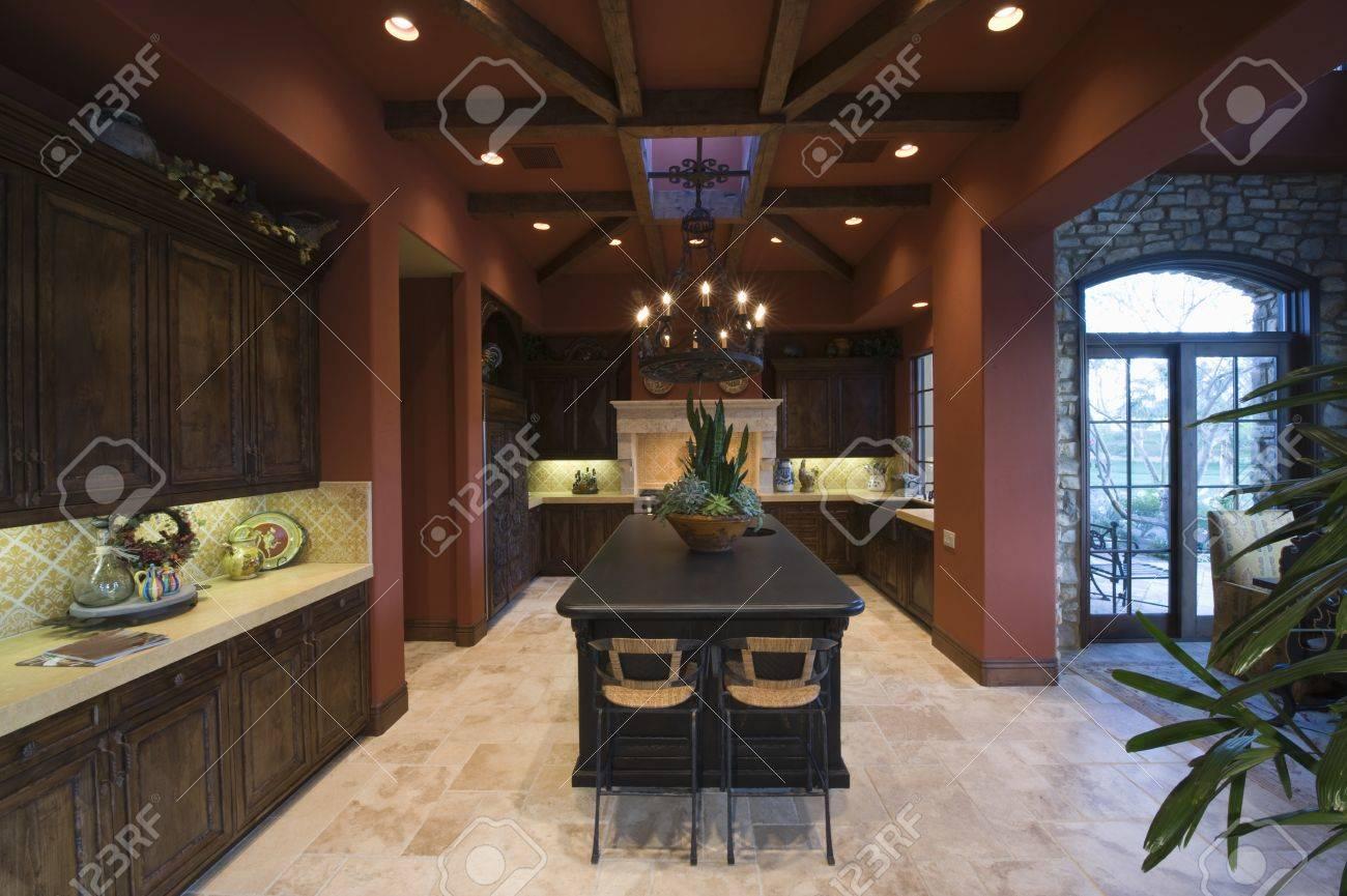 Dunkles Holz Und Holzbalkendecken Von Palm Springs Küche Interieur ...