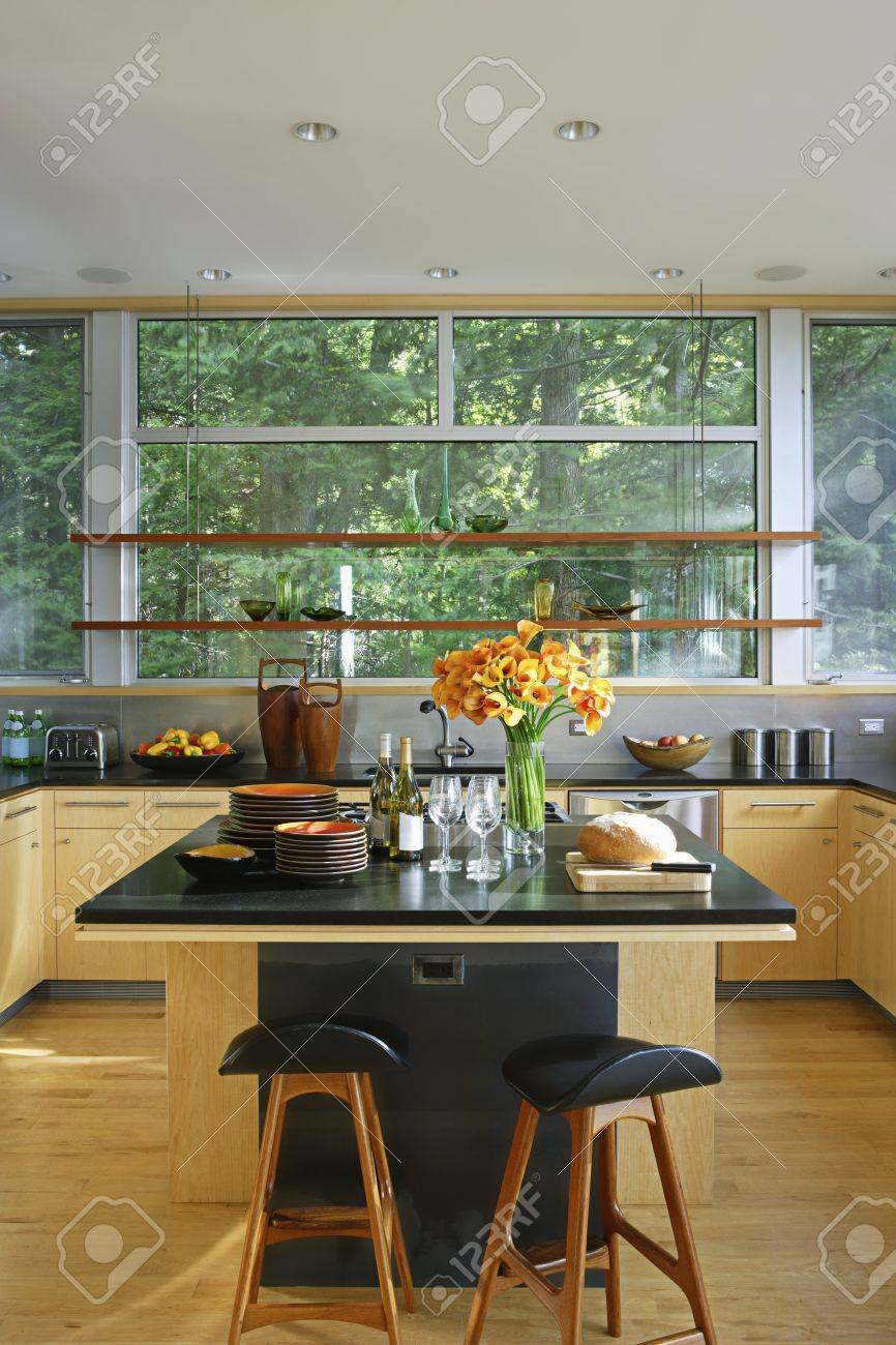 Isola Cucina Piano Di Lavoro.Cucina In Stile Retro Con Piano Di Lavoro Nero E Cucina Isola
