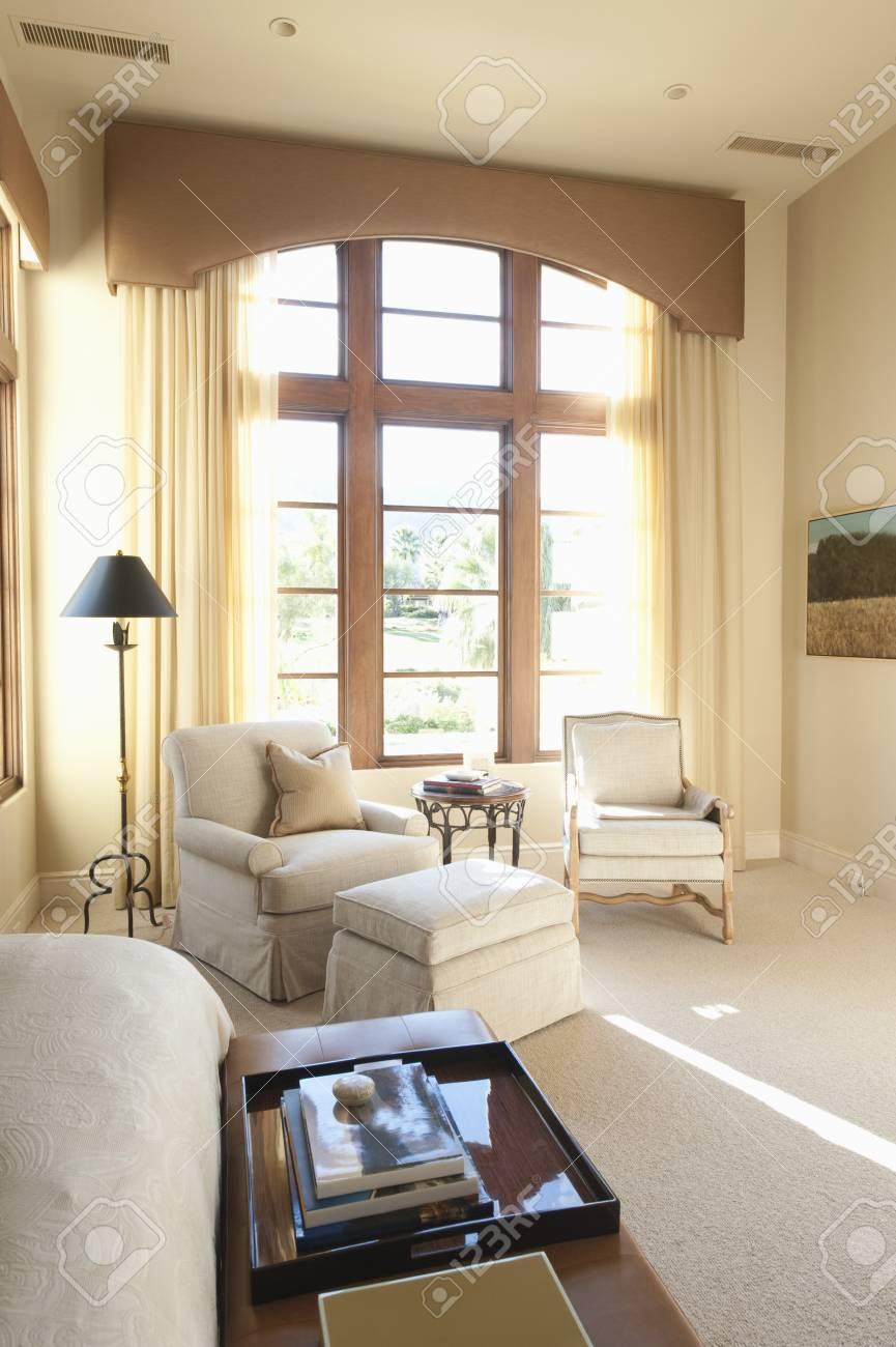 Zonovergoten Vloer Tot Plafond Ramen In Crème Woonkamer Interieur ...