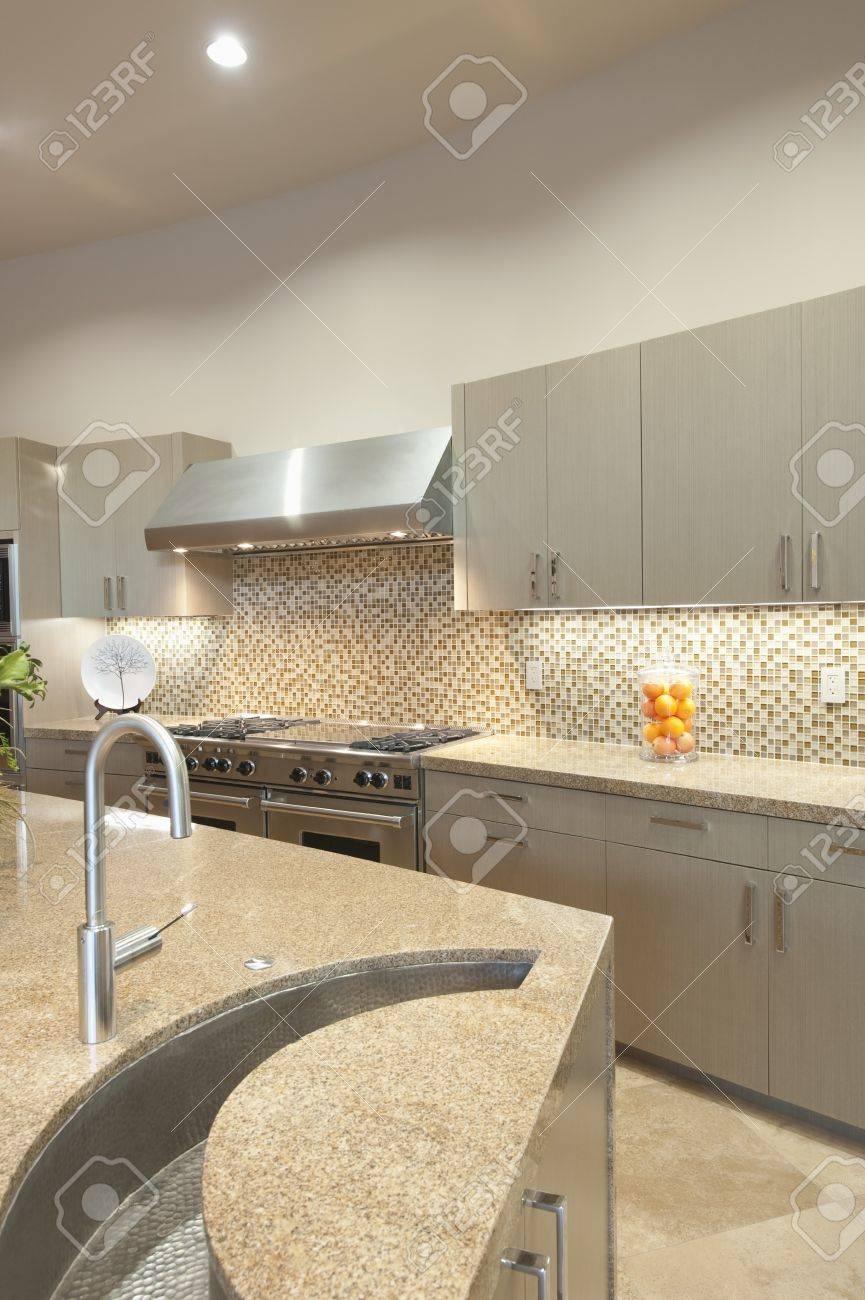 Progettazione di dettaglio lavello in cucina con le unità a muro in acciaio  inox