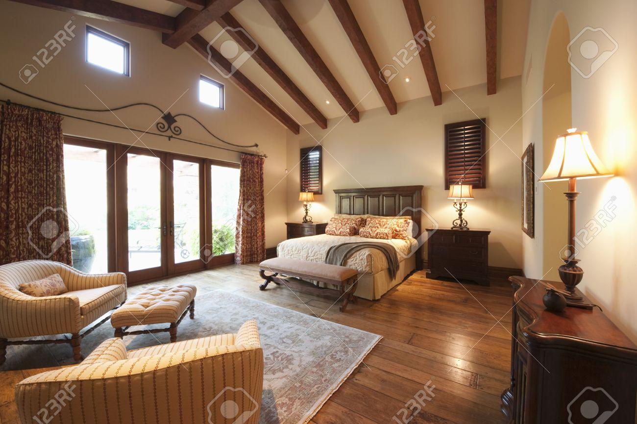 ampia camera da letto con travi a vista alto foto royalty free ... - Camere Da Letto Con Travi A Vista