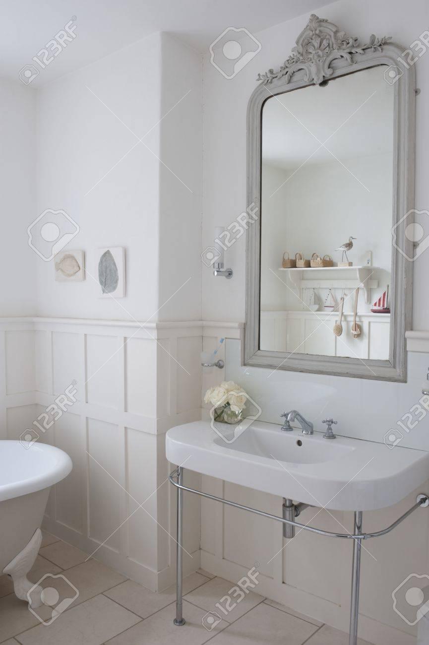Grau Lackiert Spiegel Surround In Getäfelten Badezimmer London ...