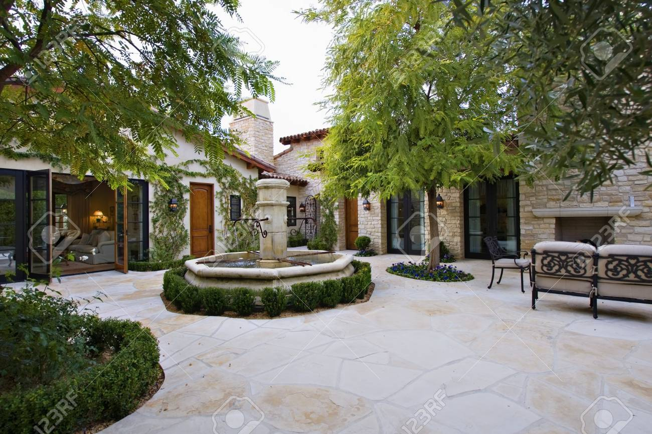 Maison Extérieur Avec Une Fontaine Et Des Arbres De Meubles De Patio