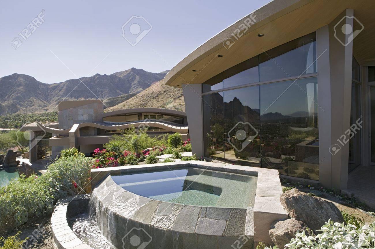 Extérieur d'une maison moderne avec une petite piscine et les ...