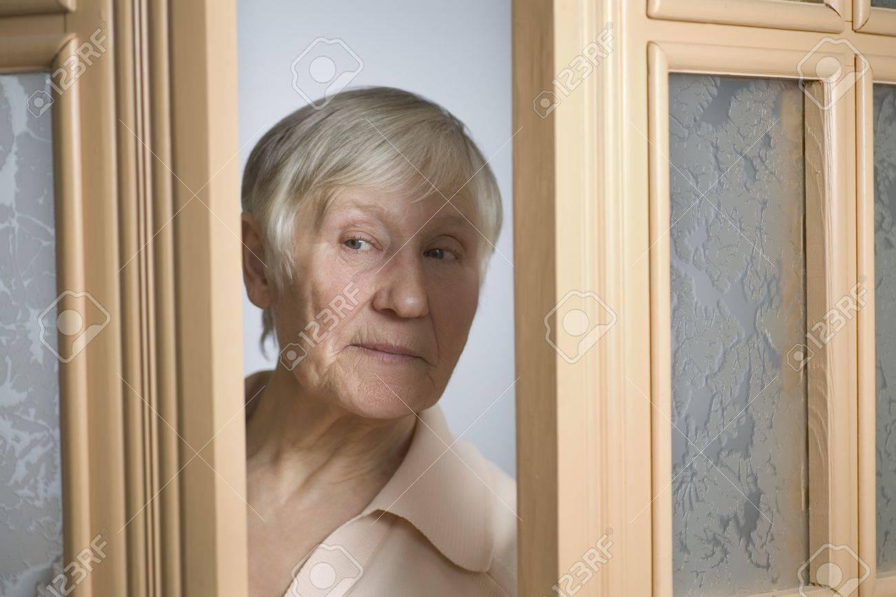opening front door. Elderly Woman With Short Grey Hair Opening Front Door Stock Photo - 20742072 D