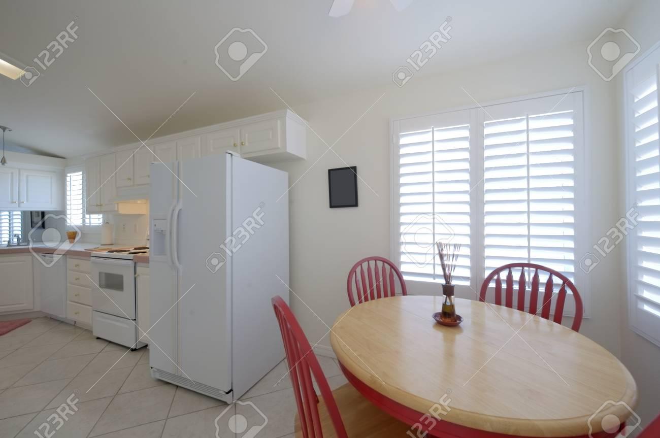 Sedie Rosse Cucina : Parete interna nero della cucina sedia rossa u foto stock