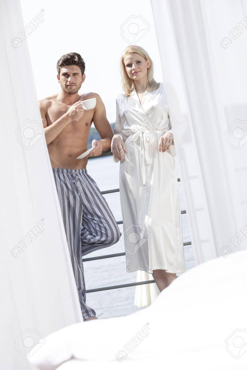 359a84943b Foto de archivo - Retrato de la joven pareja en ropa de noche de relax en  el balcón del hotel